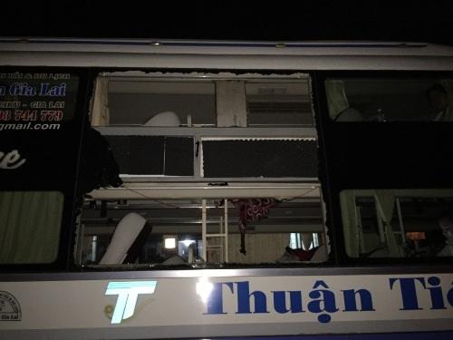 Chiếc xe khách bị nhóm đối thượng ném đá trong đêm