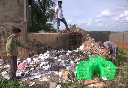 Hiện trường người dân bắt quả tang công nhân của công ty đốt rác thải (ảnh người dân cung cấp)