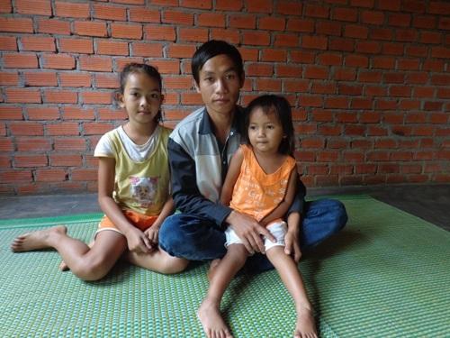 Anh Y Nin cùng 2 con gái cảm ơn sự giúp đỡ của báo Dân trí dành cho gia đình mình