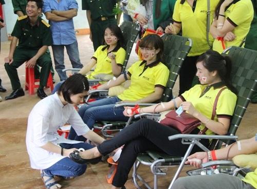 Các nữ đoàn viên nhiệt tình hiến máu nhân đạo