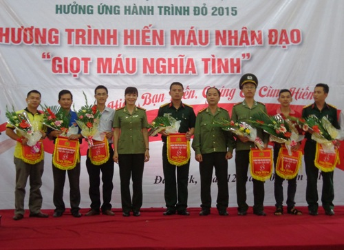 Ban tổ chức trao cờ và hoa cho các chi đoàn cơ sở tham gia hiến máu
