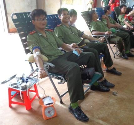 Các chiến sĩ hăng hái hiến máu