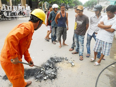 Sau khi bị nổ dây điện rơi xuống đường tiếp tục cháy đun chảy nhôm, vỏ nhựa lẫn nhựa đường.