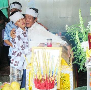 Anh Đinh Hoài Bảo, chồng chị Nhân, cùng các con đau xót trước cái chết của chị. Ảnh: TRẦN VŨ