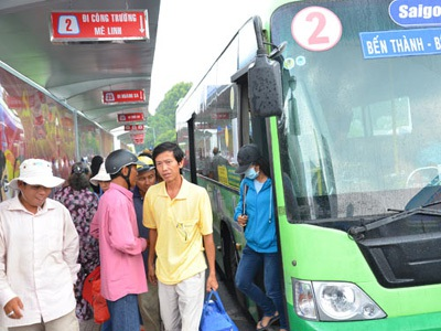 Hành khách đi xe buýt tại trạm điều hành xe buýt Sài Gòn. Ảnh: TẤN THẠNH