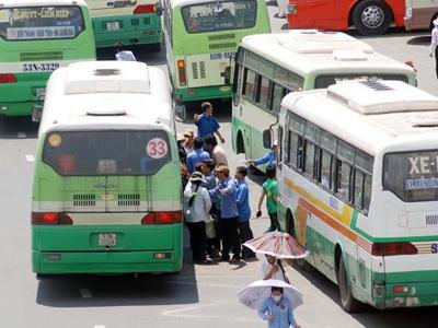 Xe buýt rước khách trên xa lộ Hà Nội trước Khu Du lịch Suối tiên Ảnh: TẤN THẠNH