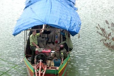 Tàu, ghe chở gỗ lậu từ Campuchia là chuyện phổ biến trên địa bàn (ảnh: ANTĐ).