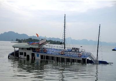 Chiếc tàu du lịch chìm một nửa dưới nước (ảnh: GĐ-XH)