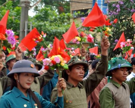 Các đoàn diễu hành từ đường phố tiến vào sân vận động.