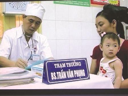 Bác sĩ Trần Văn Phụng khám chữa bệnh cho bệnh nhân tại trạm y tế xã Mễ Trì.