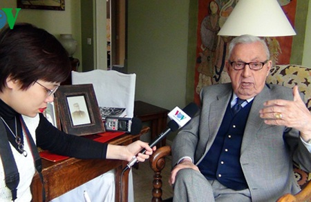 PV Đài TNVN thường trú tại Pháp phỏng vấn với Đại tá Jacques Allaire.