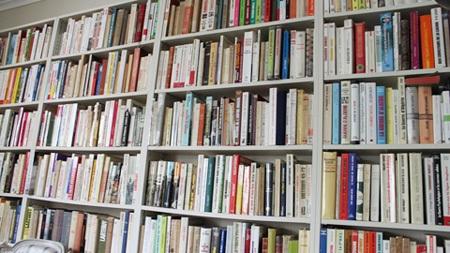 Tủ sách với 1500 cuốn về Việt Nam và Điện Biên Phủ