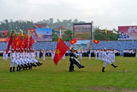 Khối quân kỳ bắt đầu bước đều trong lễ diễu hành.