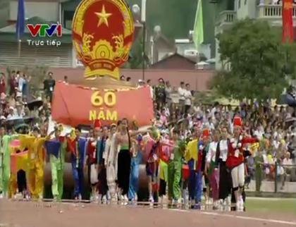 Quốc huy được rước qua lễ đài trong tiếng quân nhạc oai hùng (ảnh: VTV).