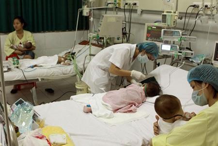 Nhiều bé dưới 9 tháng bị sởi và biến chứng nặng đã phải điều trị tại BV Nhi TƯ. Ảnh: Dương Ngọc.