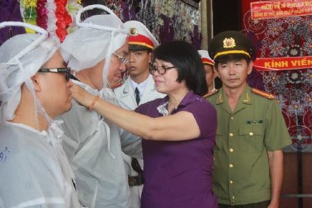 Bà Nguyễn Thị Lệ Thủy, Thư ký tòa soạn Báo Người Lao Động, chia buồn cùng gia quyến Thiếu tướng.