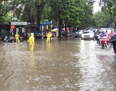 Phố Lê Lai bên hông Cung thiếu nhi Hà Nội lúc 9h30 sáng (ảnh: Đắc Đông).