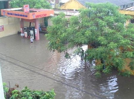 Người Hà Nội chôn chân trong mưa ngập giữa giờ công sở