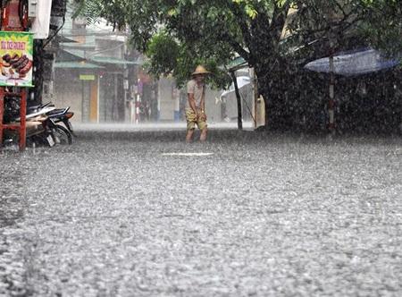 Trên phố Tạ Hiện, nước ngập nhanh, nửa bánh xe rồi đến ngang đầu gối người qua đường.