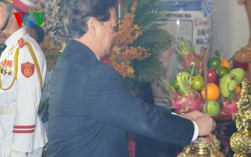 Thủ tướng Nguyễn Tấn Dũng dâng hương Chủ tịch Hồ Chí Minh