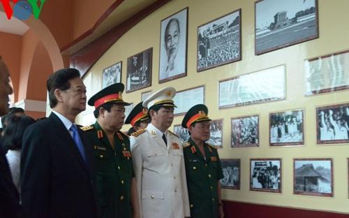 Thủ tướng cùng các ủy viên Bộ Chính trị và lãnh đạo TP.HCM tham quan bảo tàng Hồ Chí Minh