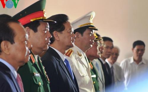 Trong không khí trang nghiêm, đoàn đã kính cẩn dâng hương Chủ tịch Hồ Chí Minh.