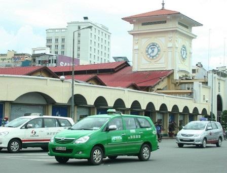 Việc phải liên tục điều chỉnh giá cước theo giá xăng khiến các hãng taxi tốn tiền tỷ