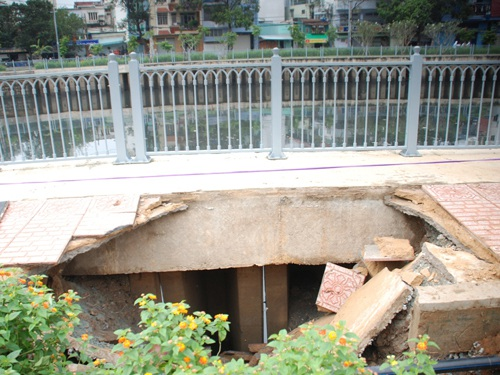 Hố sâu xuất hiện ngày 13/10 do hở tường cừ dọc bờ kênh (ảnh: NLĐ)