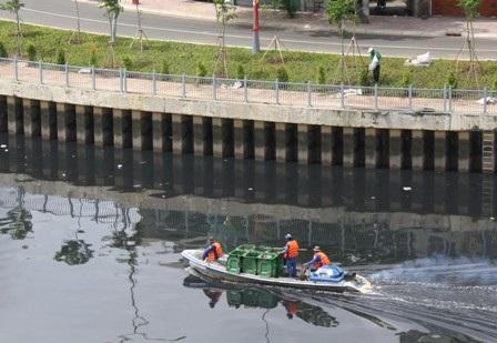 Dù lực lượng vệ sinh môi trường đã vớt rác hàng ngày nhưng không xuể