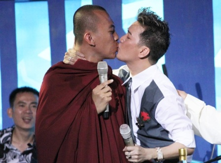 Màn hôn môi gây sốc giữa Đàm Vĩnh Hưng và nhà sư trẻ tuổi (ảnh: internet)