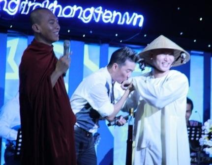 Nhà sư lớn tuổi hơn đểĐàm Vĩnh Hưng hôn tay (ảnh: internet)