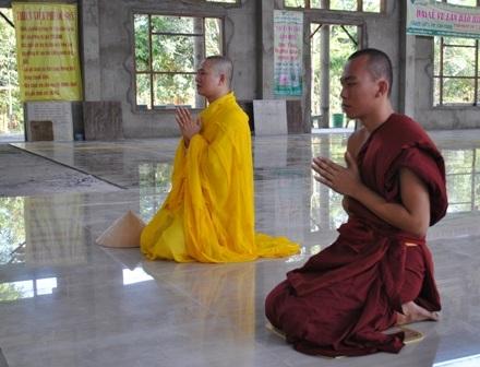 Hai nhà sư Thích Giác Ân và Thích Pháp Định sám hối tại lễ tác pháp Yết Ma ngày 7/11