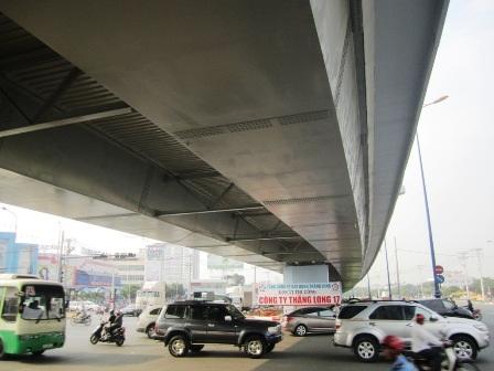 Dòng xe lưu thông dưới gầm cầu vượt