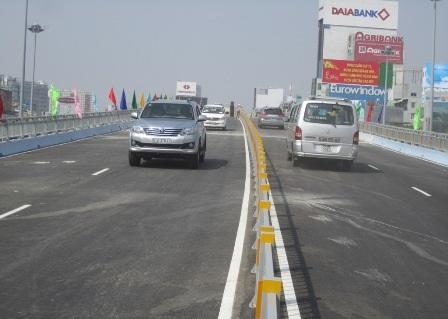 Những chiếc xe đầu tiên qua cầu vượt Hàng Xanh