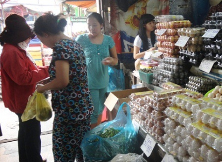 Giá trứng đã giảm, người mua quay trở lại với chợ lẻ