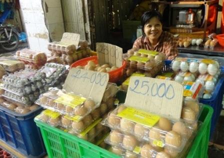 Giá trứng một số sạp đã giảm tương đương giá bình ổn trong siêu thị