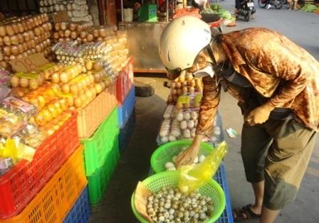 Khách mua trứng đã quay trở lại với chợ lẻ, nhưng chưa nhiều