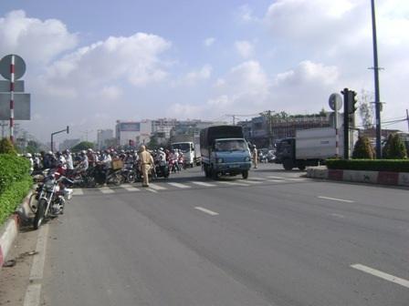 Trên đường Trường Chinh, làn xe 2 – 3 bánh luôn ùn ứ, trong khi đó thì làn xe ô tô vắng ngắt