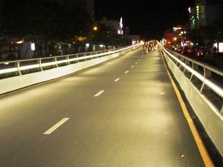 Toàn cảnh cây cầu dùng hệ thống đèn led để chiếu sáng trong đêm.