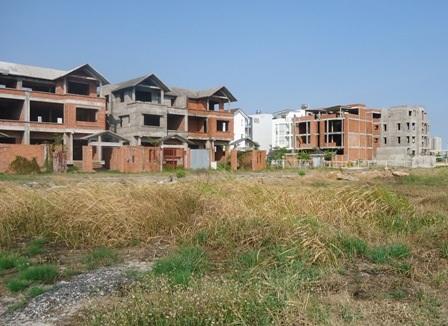 Chỉ toàn đất trống để cỏ dại mọc đầy và nhà hoang