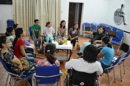 Các chị em phụ nữ khuyết tật TPHCM thẳng thắn chia sẻ với nhau về… những mối tình đầu