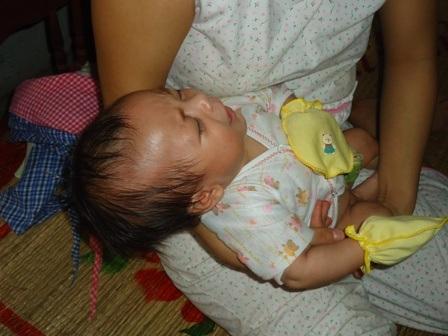 Bú mẹ không có sữa, bé quay ra khóc ngằn ngặt