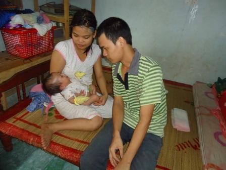 Cảnh túng thiếu đang đè nặng lên đôi vợ chồng trẻ, càng cơ khổ hơn khi con nhỏ ốm yếu vì khát sữa