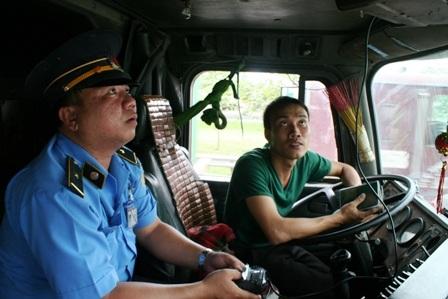 Thanh tra Sở GTVT kiểm tra hộp đen trên 1 xe container