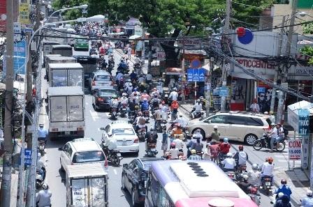 Dòng xe đổ về khiến đường dẫn vào bến xe Miền Đông chật cứng dù không phải giờ cao điểm