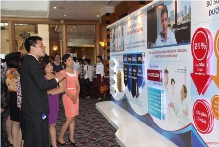 Quan khách tìm hiểu hình ảnh và thông tin về vai trò dinh dưỡng trong điều trị.