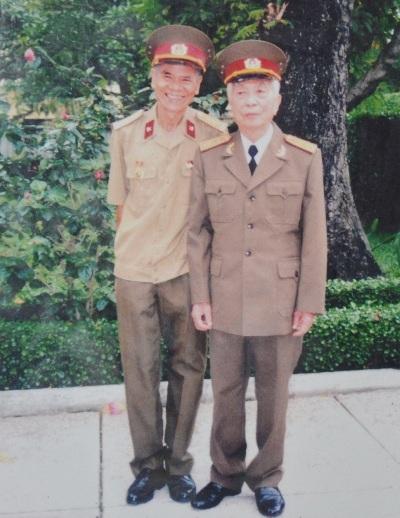 Đại tá Nguyễn Văn Thái chụp ảnh cùng Đại tướng vào năm 2009