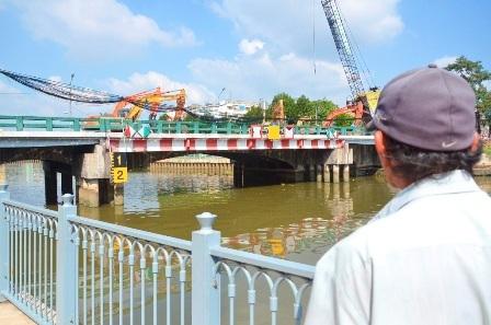 Người dân TP lưu luyến cây cầu lịch sử.