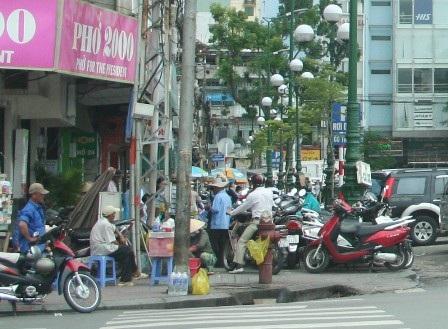 Dù thiếu bãi đậu xe nghiêm trọng nhưng TPHCM vẫn quyết dẹp bớt các bãi đậu xe trên vỉa hè
