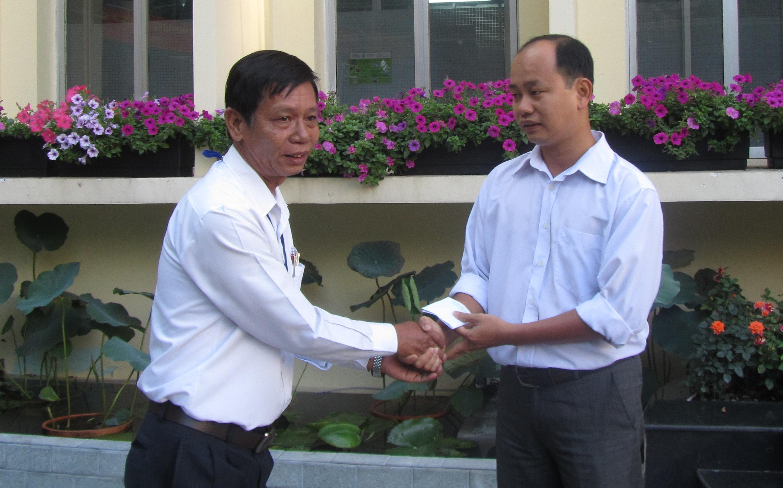 Ông Nguyễn Văn Cận, Bí thư Chi bộ Văn phòng Sở GTVT tặng quà biểu dương anh Võ Đình Hòa